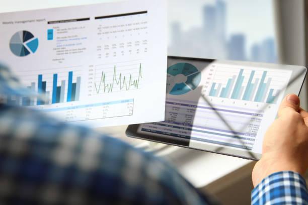 Geschäftsmann arbeiten und analysieren finanzielle Kennzahlen auf einen Graphen mit tablet – Foto