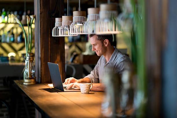 business-mann arbeitet in einem café  - kaffee shop stock-fotos und bilder