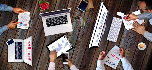 Geschäftsmann, arbeiten, Businessgrafiken, Strategie zu diskutieren. Starten Sie Ideen-Innovation-Konzept – Foto