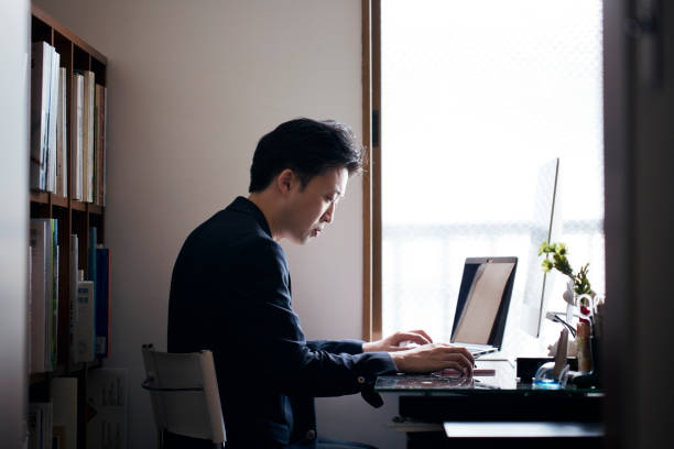 ビジネスの男性自宅勤務 - パソコン 日本人 ストックフォトと画像