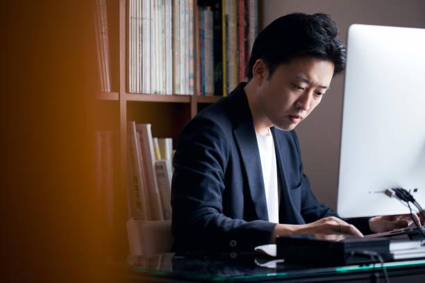 ビジネスの男性自宅勤務 - オフィスワーク ストックフォトと画像