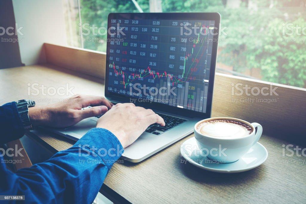 Geschäftsmann, arbeiten Laptop Lager Markt Austausch von Informationen und Trading-Diagramm – Foto