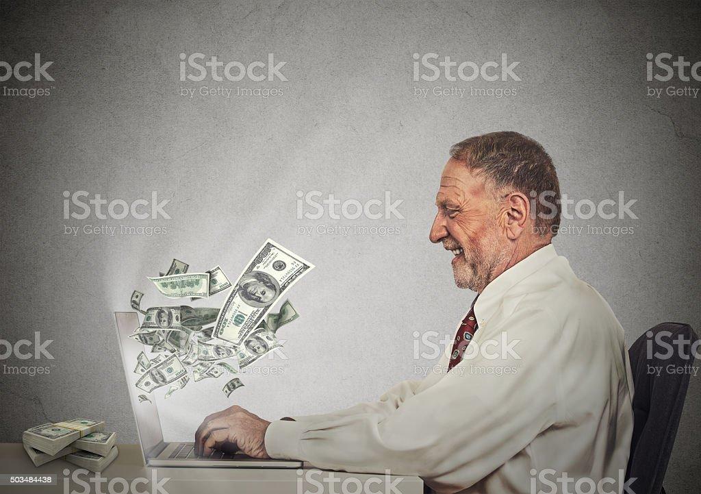 Uomo d'affari, lavorando online su computer guadagnare soldi - foto stock
