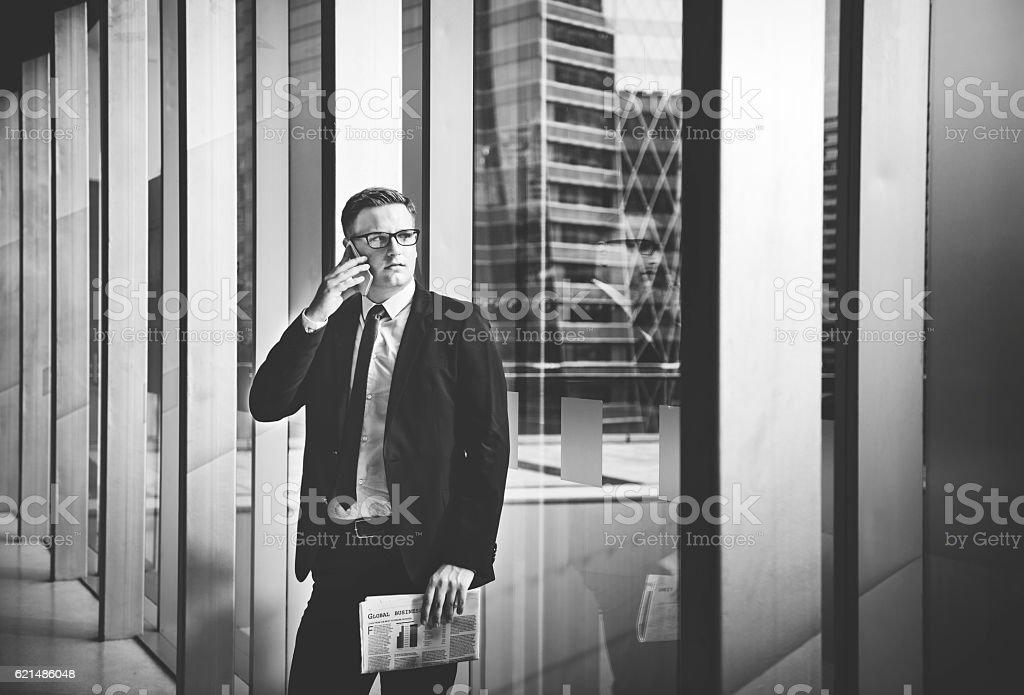 Geschäftsmann arbeiten und reden Handy-Konzept Lizenzfreies stock-foto