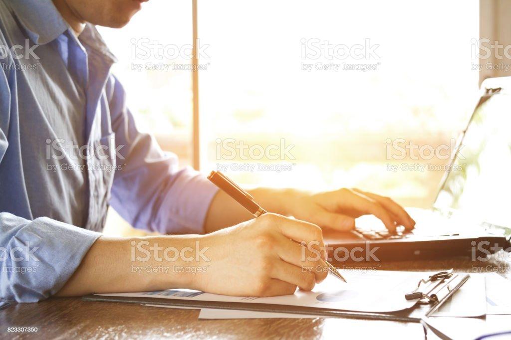 Geschäftsmann, arbeiten mit Graph Chart Analysedokument mit Laptop und Handy am Bürotisch – Foto