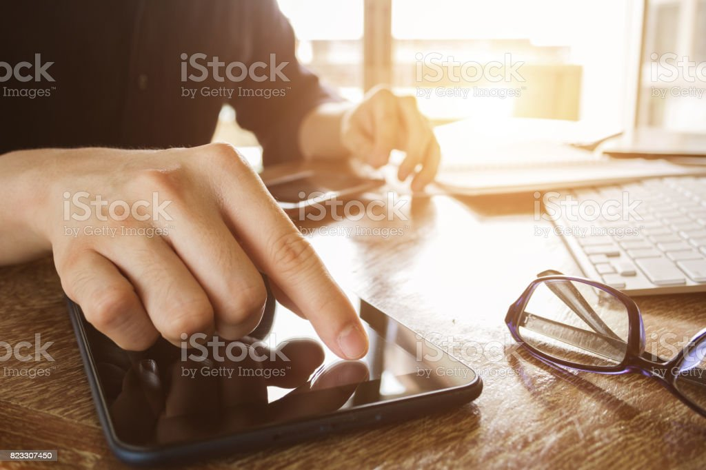 Geschäftsmann, arbeiten mit digitalen Tablet-Computer im Bürotisch – Foto