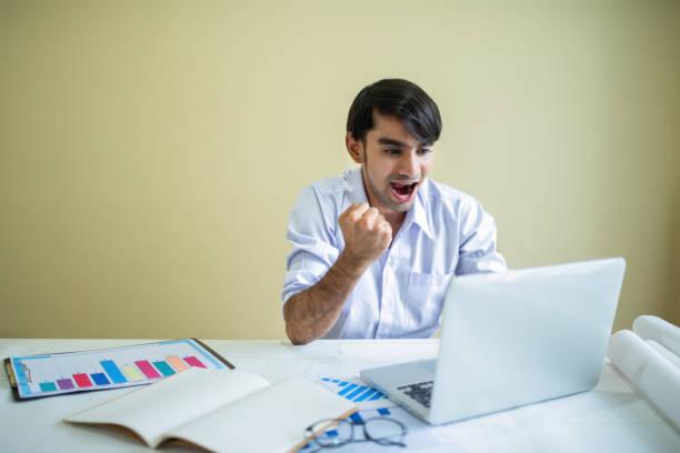 geschäftsmann, arbeiten mit notebook und unterlagen - lesen arbeitsblätter stock-fotos und bilder