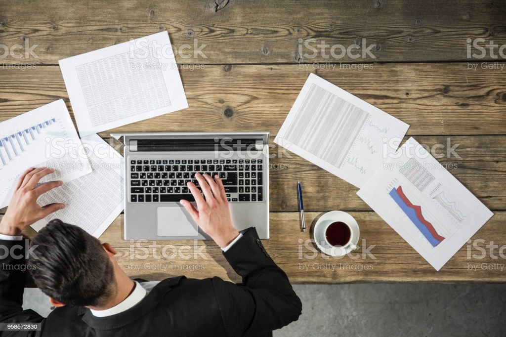 Geschäftsmann, arbeiten mit Statistiken – Foto