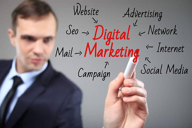 Biznes człowiek piśmie cyfrowego marketingu koncepcja – zdjęcie