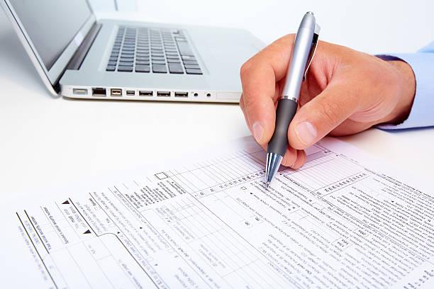 Business Mann Schreiben auf Papier – Foto