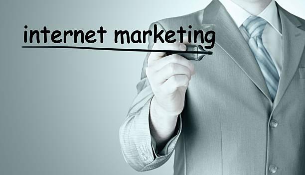 Biznes człowiek piśmie internet marketing – zdjęcie