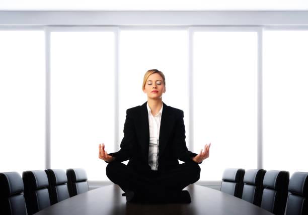 business-meditation - yoga fürs büro stock-fotos und bilder