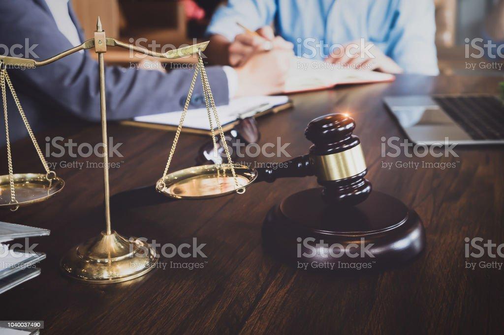 Business-Meeting und Rechtsanwälte. Waage der Gerechtigkeit, Gerechtigkeit Hammer und Laptop-Computer mit Rechtsstreitigkeiten Dokument am Tisch zu diskutieren. Konzepte von Gesetz, Beratung, Rechtsberatung. – Foto
