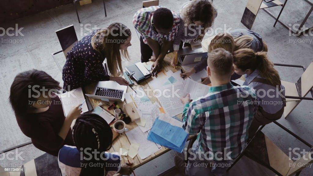Reunión de negocios en la oficina moderna. Vista superior del multirracial grupo de personas que trabajan cerca de la mesa junto - Foto de stock de Adulto libre de derechos