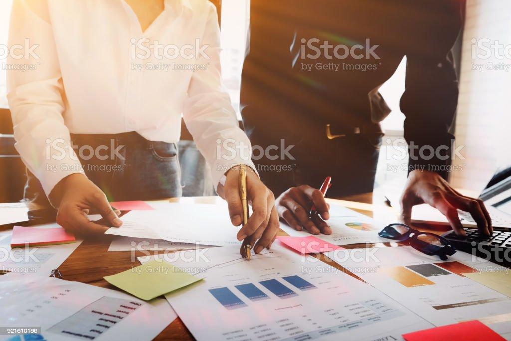 Business meeting Konzept, berechnen finanzielle & Budget & Börse Daten dokumentieren mit Notebook und Laptop-Computer bei der Bearbeitung von Holz Schreibtisch im Büro. – Foto