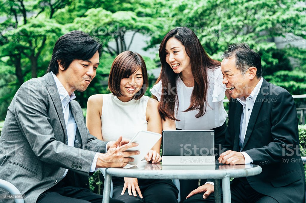 Business meeting in a garden – Foto