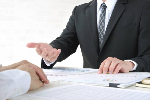 オフィスでの商談 - 助言 ストックフォトと画像
