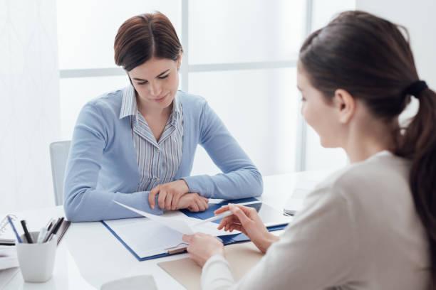 business-meeting im büro - bewerbung lebenslauf stock-fotos und bilder