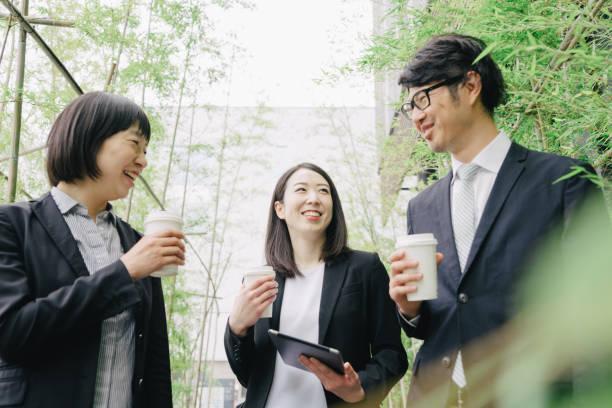営業会議屋外で、新しいプロジェクトを議論する同僚 - オフィスワーク ストックフォトと画像