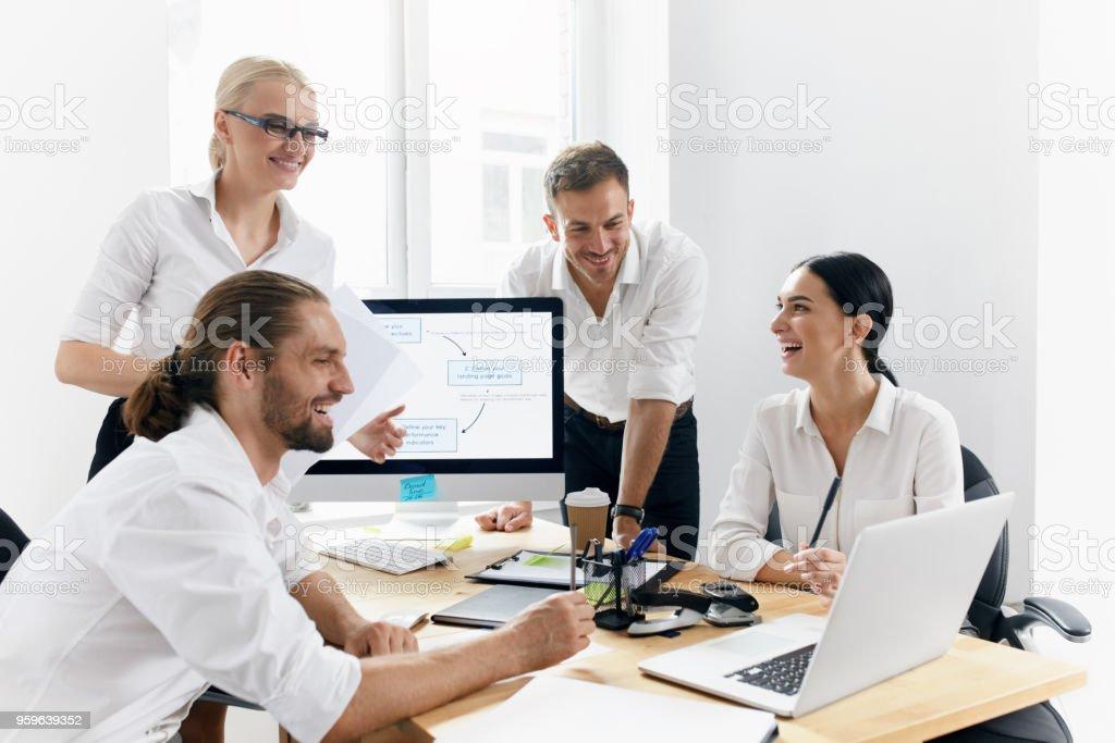 Reunión de negocios. Personas que trabajan en el proyecto en la oficina - Foto de stock de Adulto libre de derechos