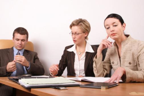 ビジネスミーティングの準備2 1 人の女性 - インタビューのストックフォトや画像を多数ご用意