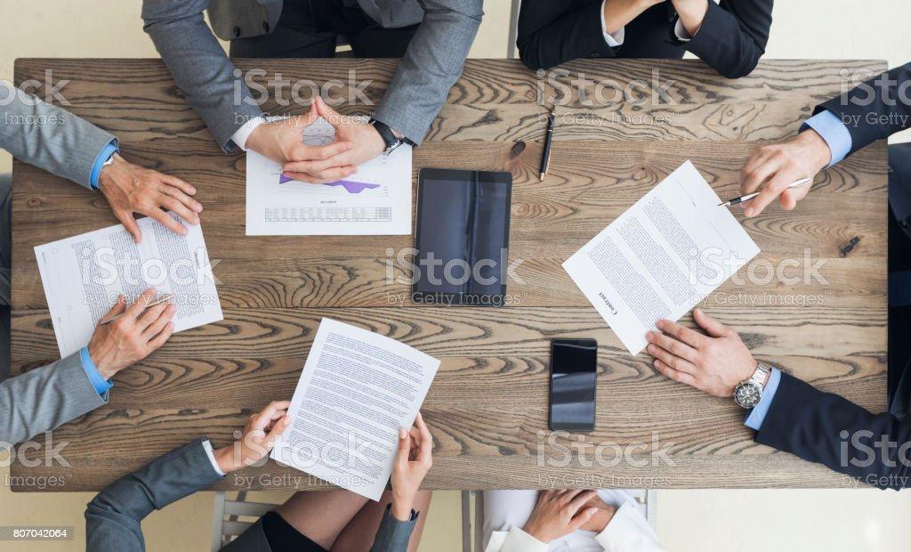 Zakenlieden over contractvoorwaarden foto