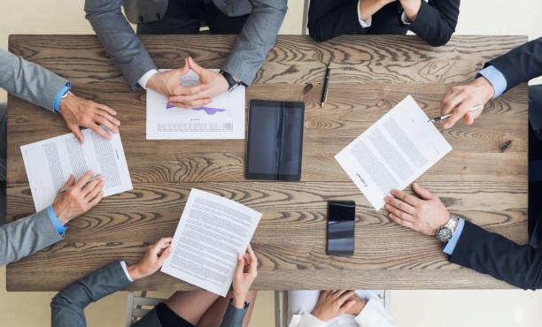 契約条件を議論するビジネスの男性 - ビジネスフォーマル ストックフォトと画像