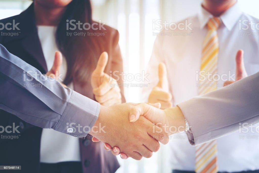Geschäftsleute, die Herstellung von Handshake, Partnerschaft Gratulation, Fusionen und Übernahmen Konzepte, Vintage-Ton-Retro-Filter-Effekt, Weichzeichner, Office-Hintergrund. – Foto