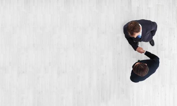 Geschäftsleuten beim Händeschütteln – Foto