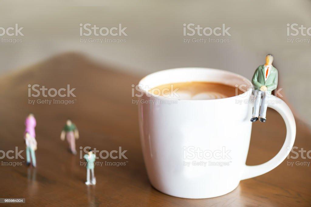 Business miniatyr gruppen affärsman och kaffe. Investeringar och affärsidé. - Royaltyfri Affärsman Bildbanksbilder