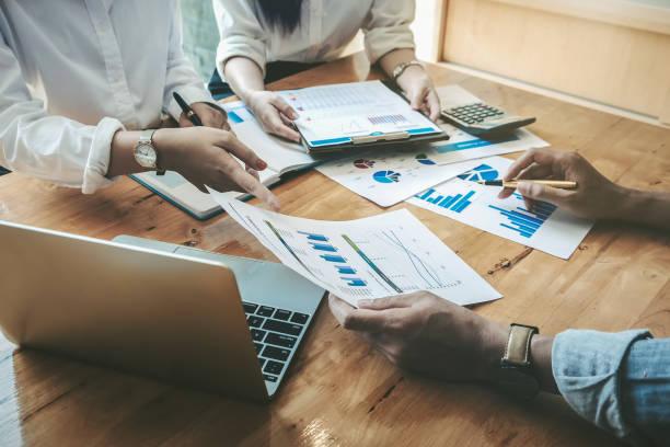 concetto di negoziazione aziendale, marketing manager che parla con i partner commerciali per la collaborazione sugli investimenti. - ispezione contabile foto e immagini stock