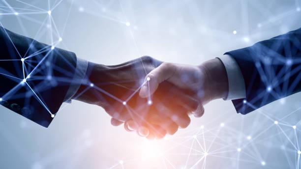 concept de réseau d'entreprise. soutien à la clientèle. se serrer la main. - se saluer photos et images de collection