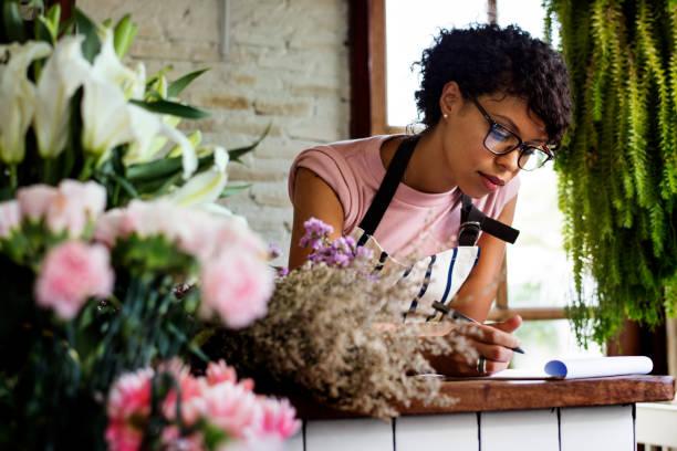 entreprise de fleuriste avec propriétaire femme - fleuriste photos et images de collection