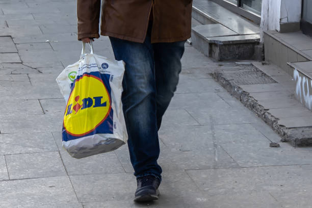business of foreign companies investing in romania - lidl foto e immagini stock