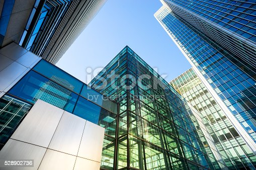 istock Business office building in London, England 528902736