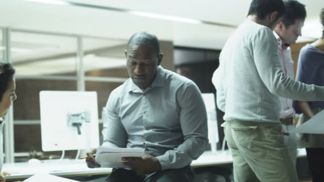 stockvideo's en b-roll-footage met business office meeting - gewone snelheid