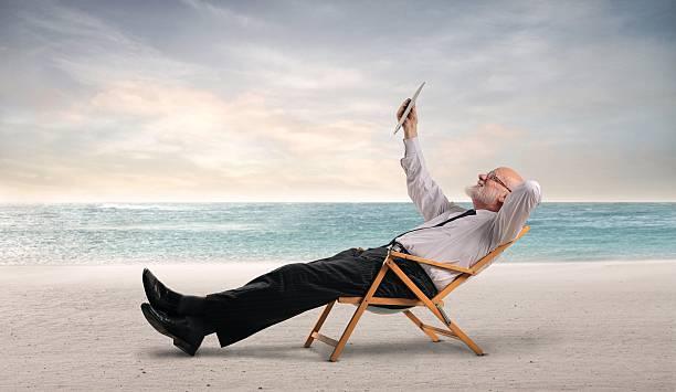 geschäfte am strand - senior bilder wasser stock-fotos und bilder