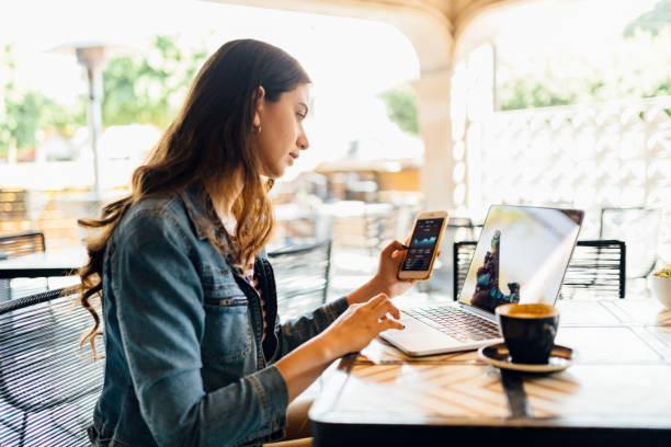 negócio no ir - working in café - fotografias e filmes do acervo