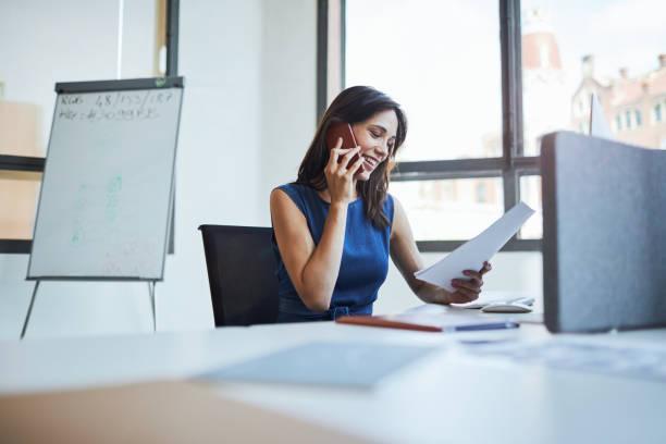 affaire offertes personnes bureau de travail, femme, parler au téléphone. - directrice photos et images de collection