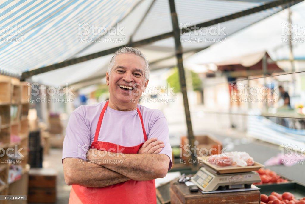 Business owner at farmer's market - Foto stock royalty-free di 60-69 anni