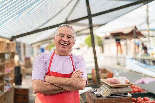 Business Owner At Farmers Market - Fotografie stock e altre immagini di 60-69 anni