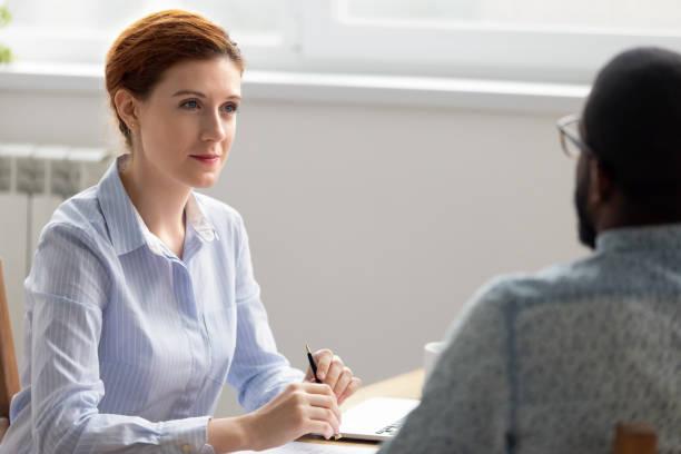 business owner boss intervjua manliga svarta jobb kandidat i office - new job bildbanksfoton och bilder