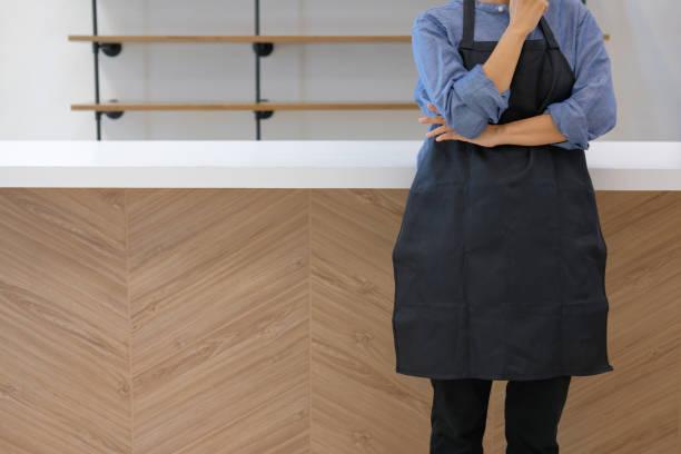 Unternehmer tragen Schürze stehen im Café Café Restaurant Theke bar – Foto