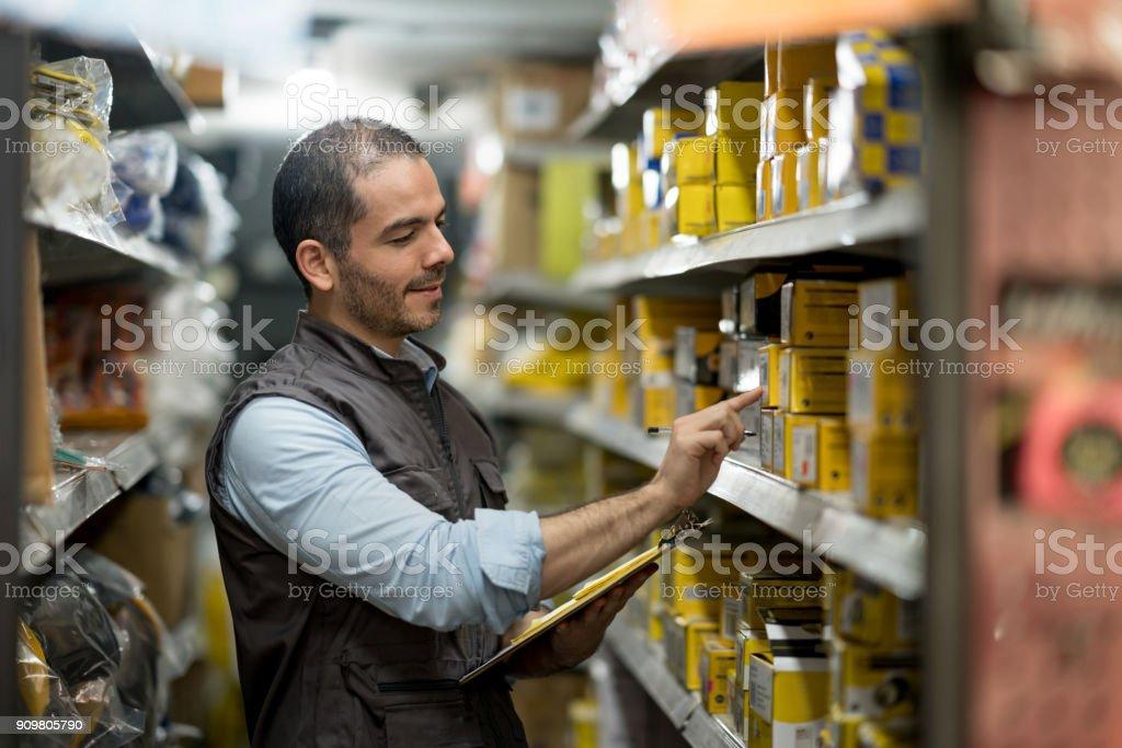 Unternehmer, die Arbeiten in einem Baumarkt – Foto