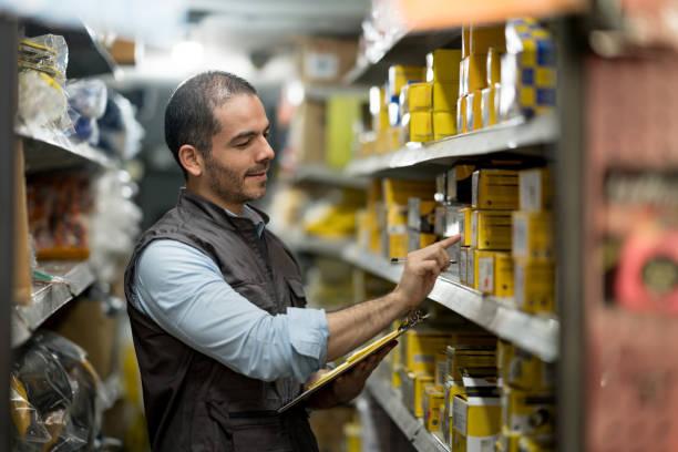 unternehmer, die arbeiten in einem baumarkt - baumarkt stock-fotos und bilder