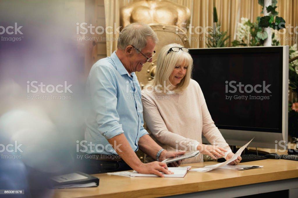 Parceiros de negócios, discutindo a papelada - foto de acervo