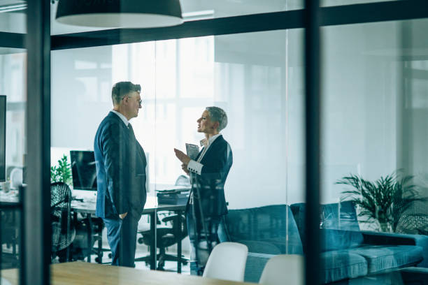 socios comerciales en discusión - abogado fotografías e imágenes de stock
