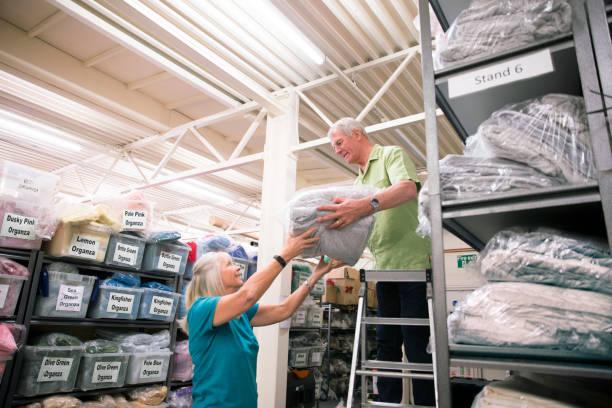 geschäftspartnern strumpf textilfabrik - stoffregal stock-fotos und bilder