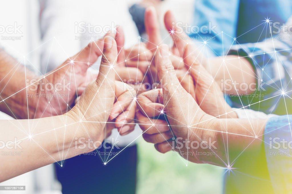 業務合作夥伴團隊業績理念。多族裔的不同群體的同事攜手共進。創造性的團隊合作, 商業協定。團隊合作的重要性。 - 免版稅一起圖庫照片