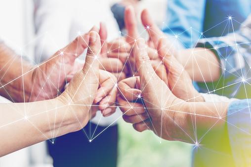 業務合作夥伴團隊業績理念多族裔的不同群體的同事攜手共進創造性的團隊合作 商業協定團隊合作的重要性 照片檔及更多 一起 照片